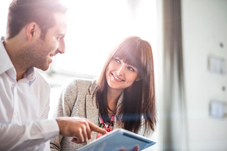 社内恋愛に発展!?男が「職場で気になる女性」に見せる行動