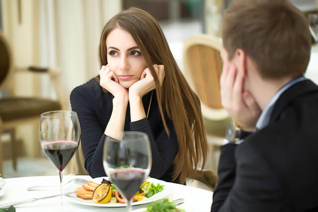 モテない女は人によって態度がかわる