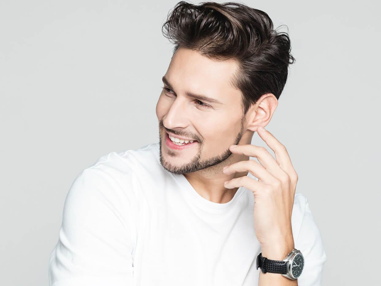 男性 笑顔 白い
