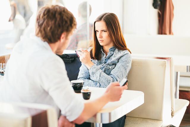 初デートでやったら、男性に「ないわ…」と思われる行動・3つ